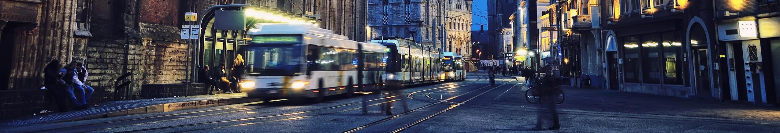 Banner met bus en tram op de Korenmarkt in Gent