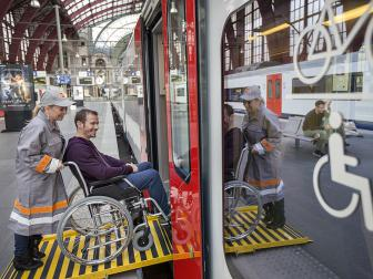NMBS-assistent helpt rolstoelgebruiker in de trein via de oprijplaat