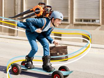 campagnebeeld week van de mobiliteit - werknemer raast voorbij op longboard