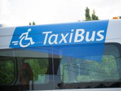 logo TaxiBus op de zijkant van het busje - (c) MIVB